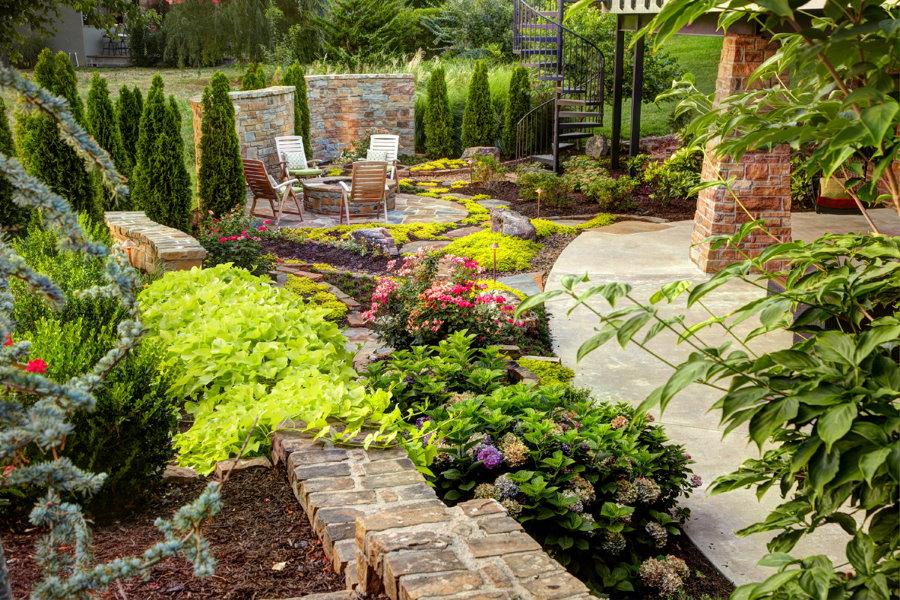 Уголок красивого сада в смешанном стиле