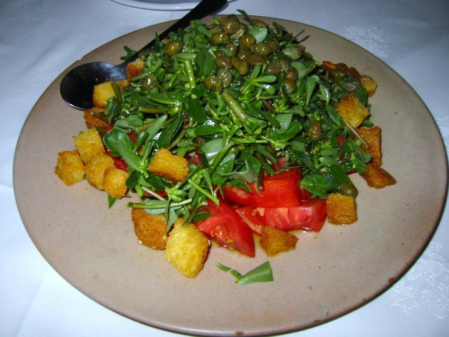 Салат с портулаком в фарфоровой тарелке