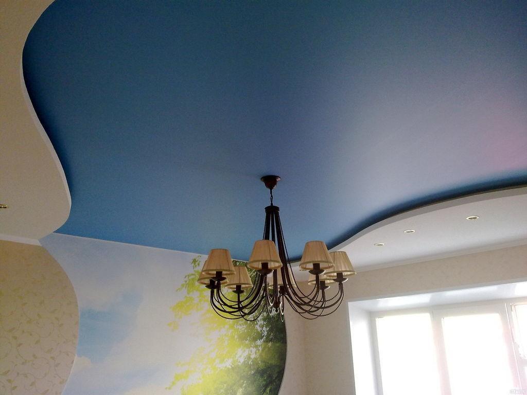 Сатиновый натяжной потолок синего цвета