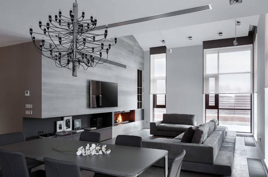 Серый диван в зале с белыми стенами