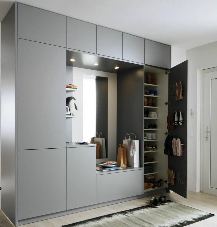 Встроенный шкаф серого цвета в прихожей