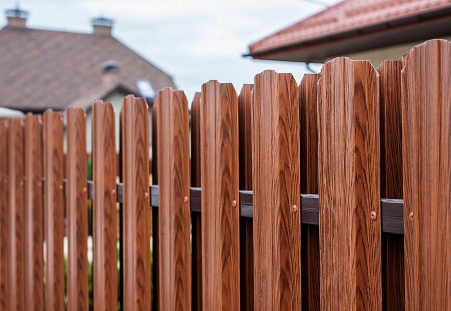 Шахматное расположение штакетника на дачном заборе