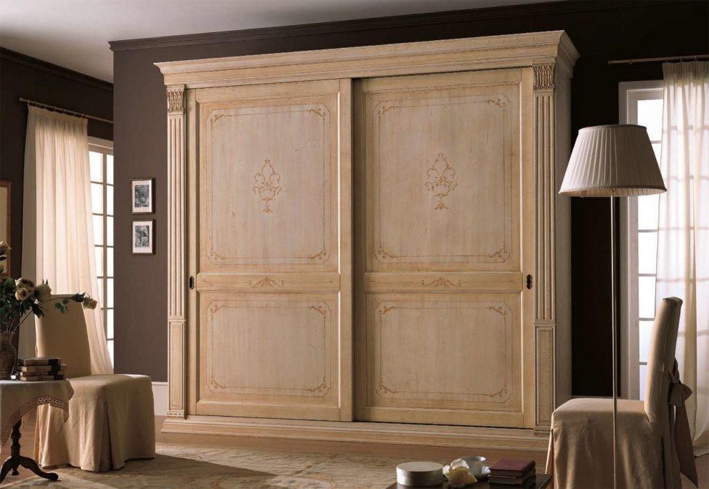 Деревянный гардеробный шкаф в классическом стиле