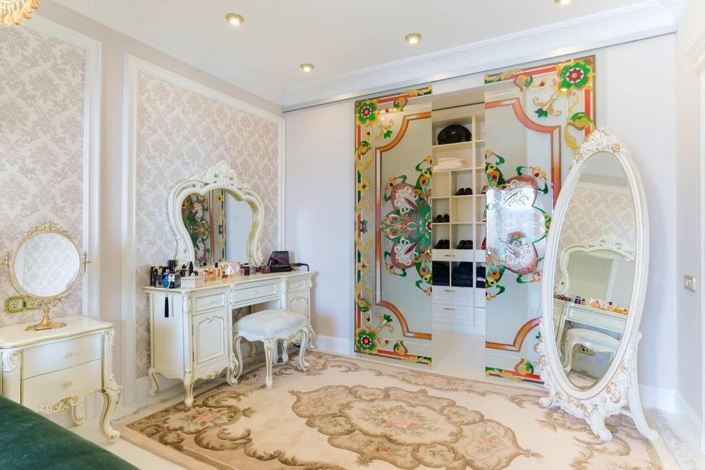 Встроенный шкаф-гардероб с цветными витражами