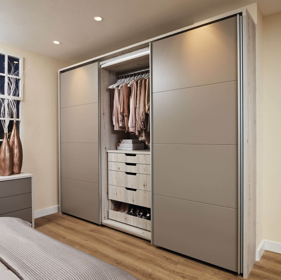 Серые дверцы шкафа-гардероба купейного типа