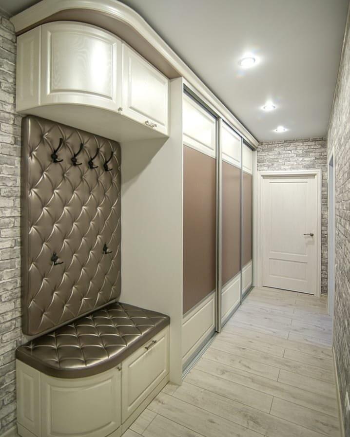 Купейный шкаф из недорого материала в узком коридоре