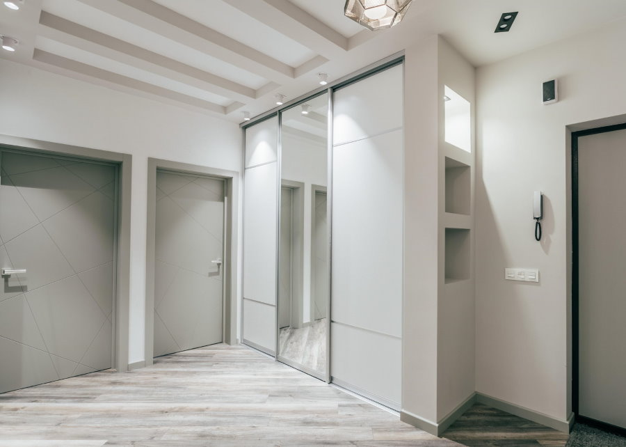 Встроенный шкаф купейного типа в коридоре стиля минимализм