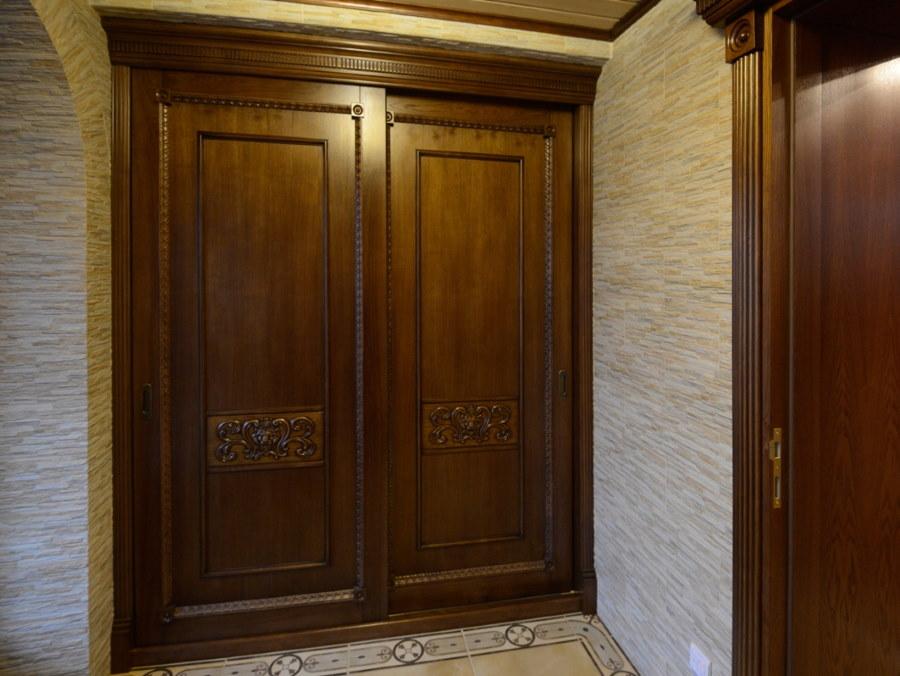 Деревянный шкаф-купе в интерьере прихожей