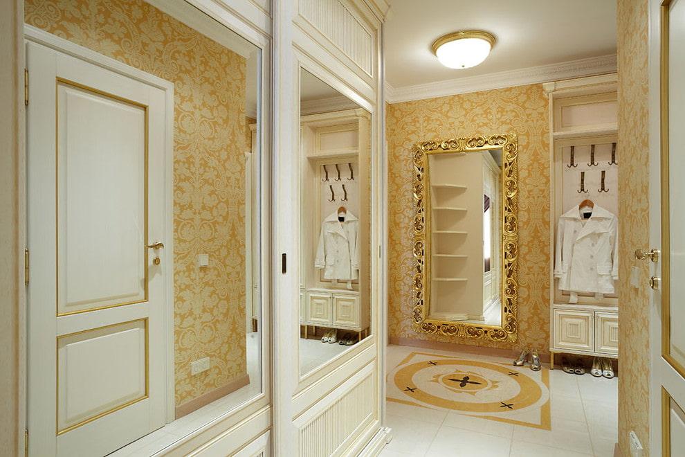 Зеркала на дверцах шкафа-купе в прихожей классического стиля