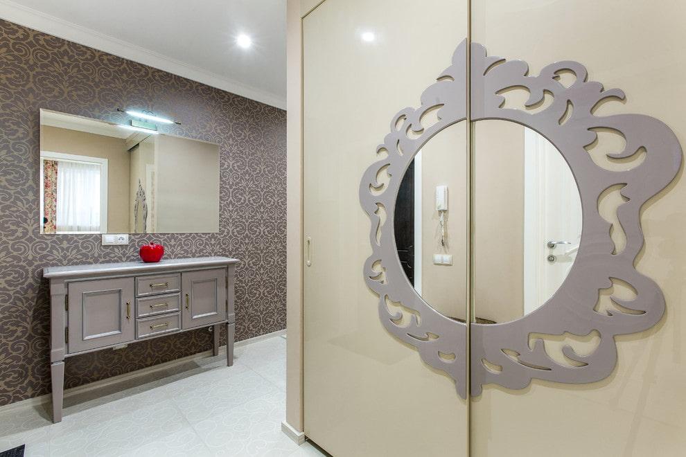 Декор шкафа купейного типа в коридоре двушки