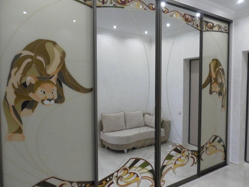 Шкаф-купе с пескоструйным рисунком в коридоре квартиры
