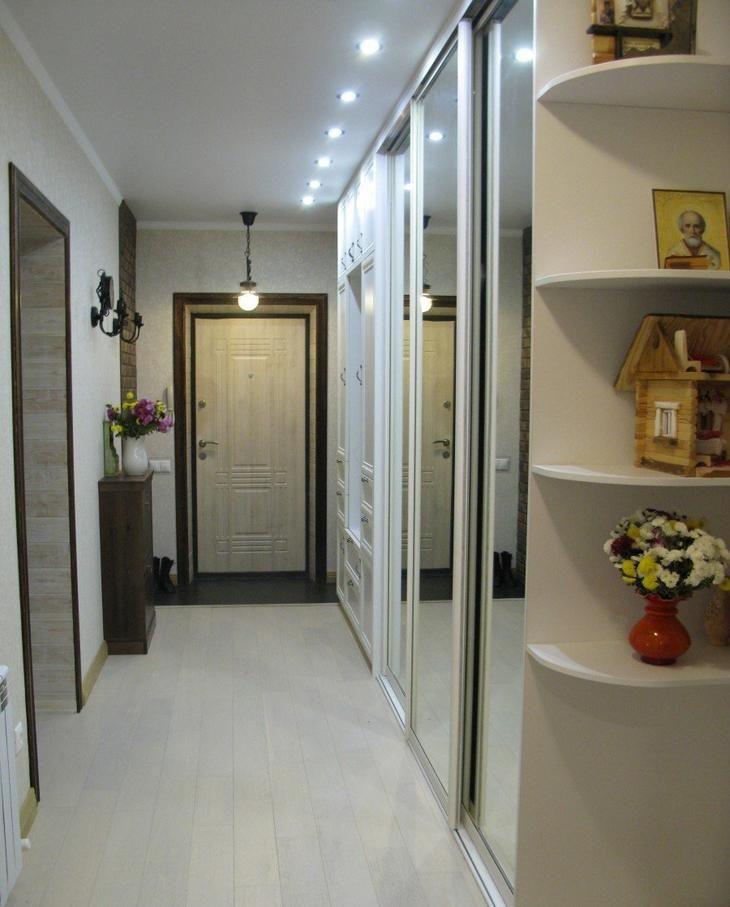 Зеркальные створки на шкафу-купе в коридоре