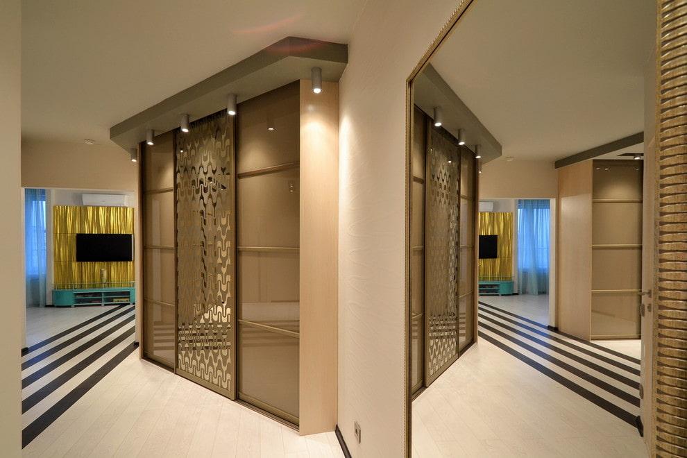 Встроенный шкаф-купе в современной квартире
