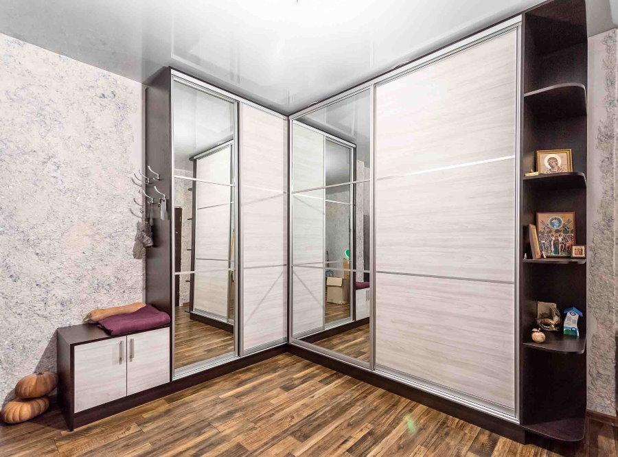 Шкаф купе в комплекте прихожей для большого коридора