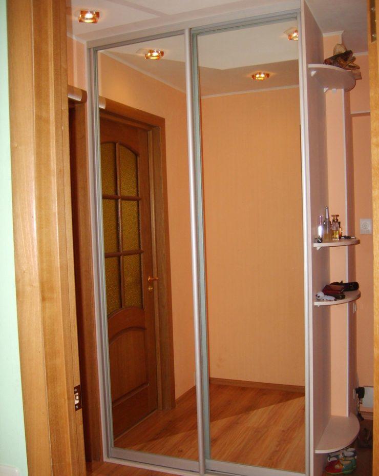 Двустворчатый шкаф-купе в небольшом коридоре