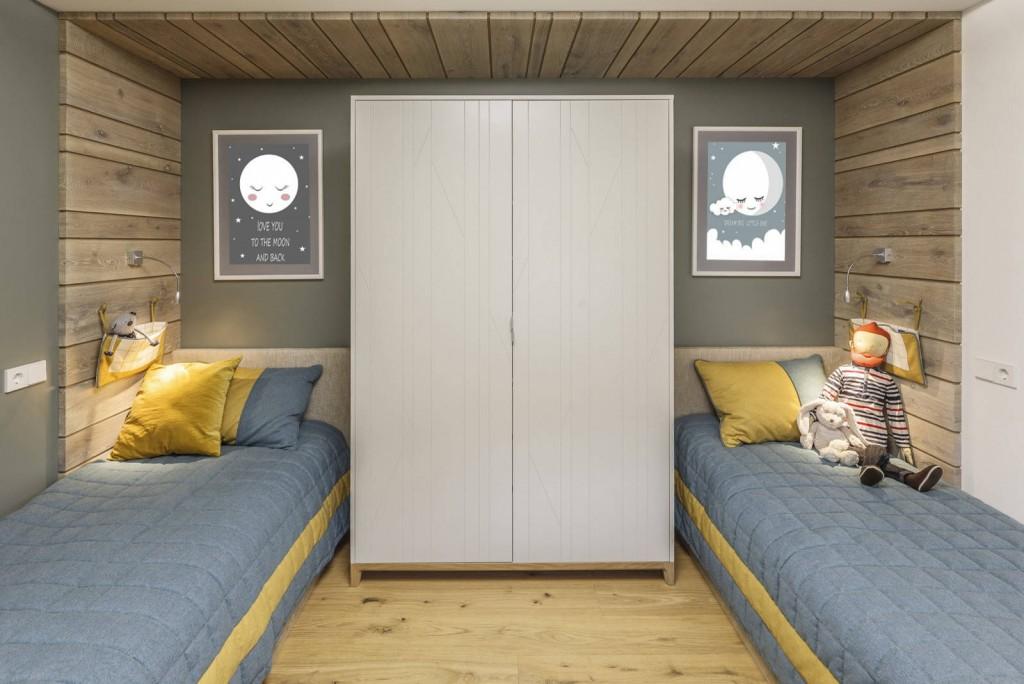 Вместительный шкаф между кроватями мальчиков