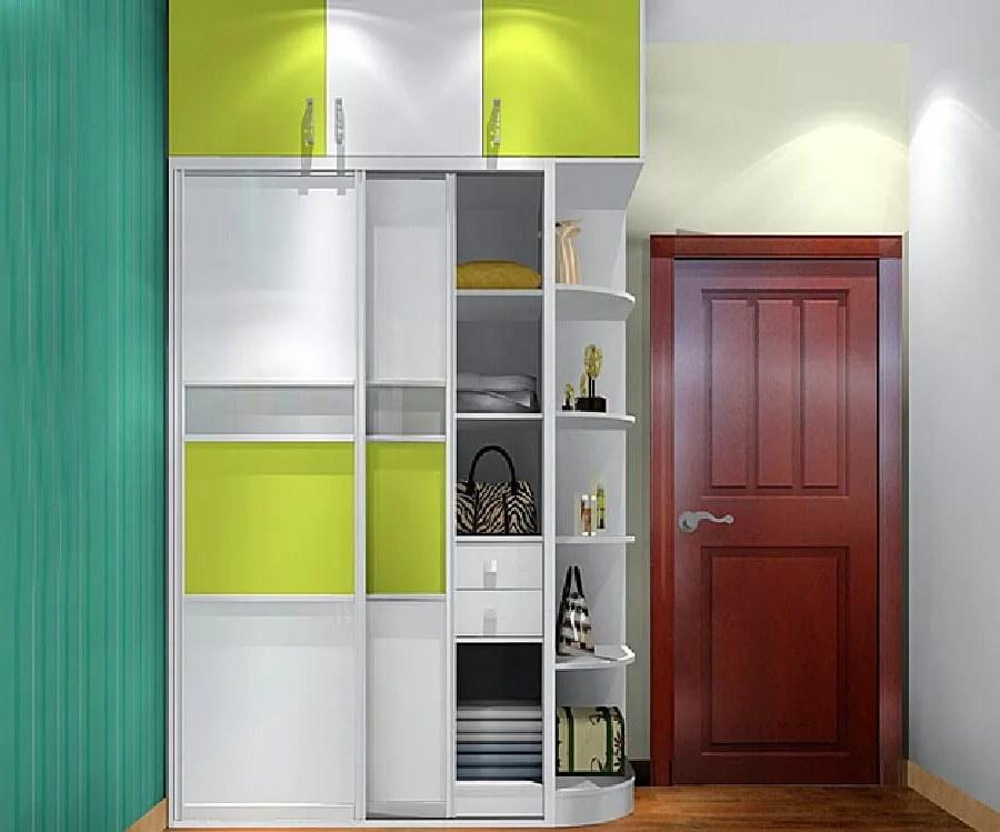 Открытые полочки на боковой стенке шкафа в коридоре