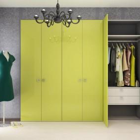 шкаф с распашными дверями в прихожую декор