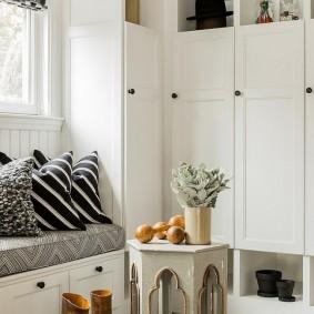 шкаф с распашными дверями в прихожую фото декора