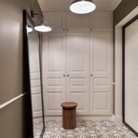 шкаф с распашными дверями в прихожую декор идеи