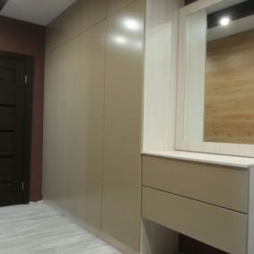 шкаф с распашными дверями в прихожую оформление
