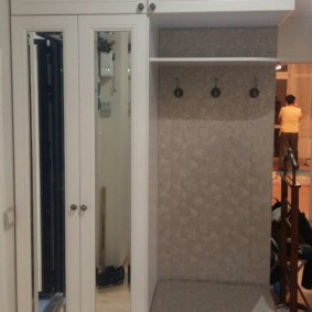 шкаф с распашными дверями в прихожую оформление фото