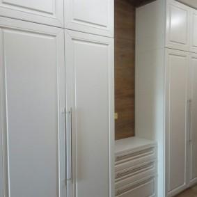 шкаф с распашными дверями в прихожую фото оформление