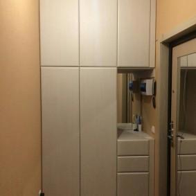 шкаф с распашными дверями в прихожую оформление идеи