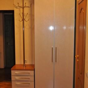 шкаф с распашными дверями в прихожую идеи виды