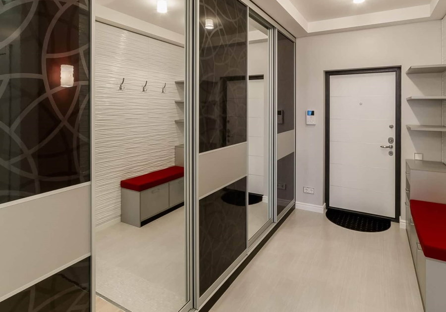 Небольшой коридор квартиры в стиле хай-тек