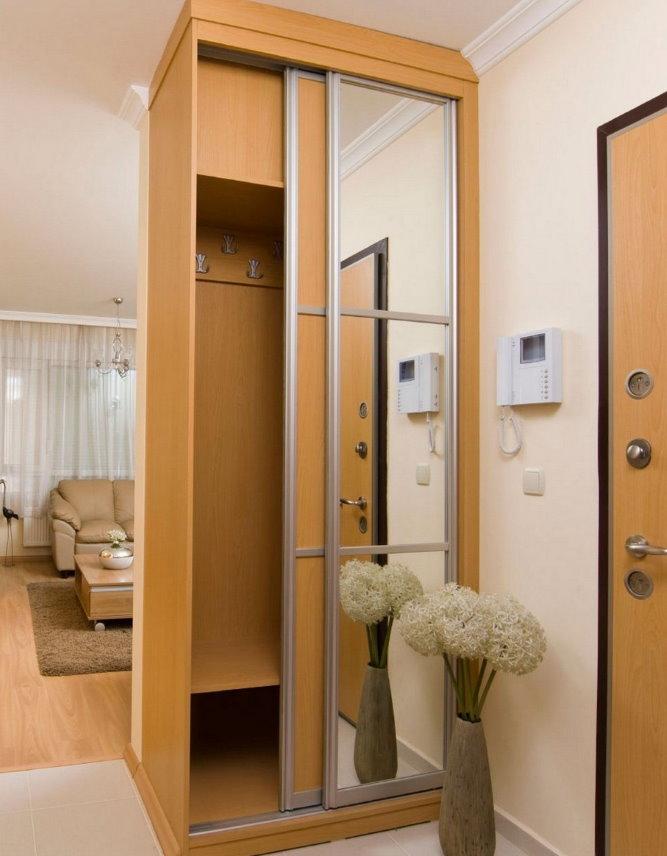Шкаф-купе в роли разделителя пространства в квартире