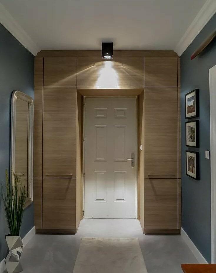 Шкаф вокруг входной двери в небольшой прихожей
