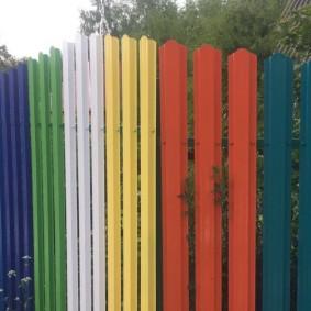Разноцветные штакетины на дачной ограде