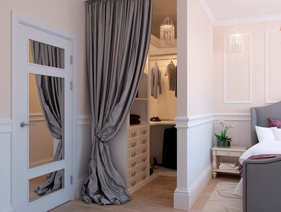 Встроенный гардероб со шторой вместо двери