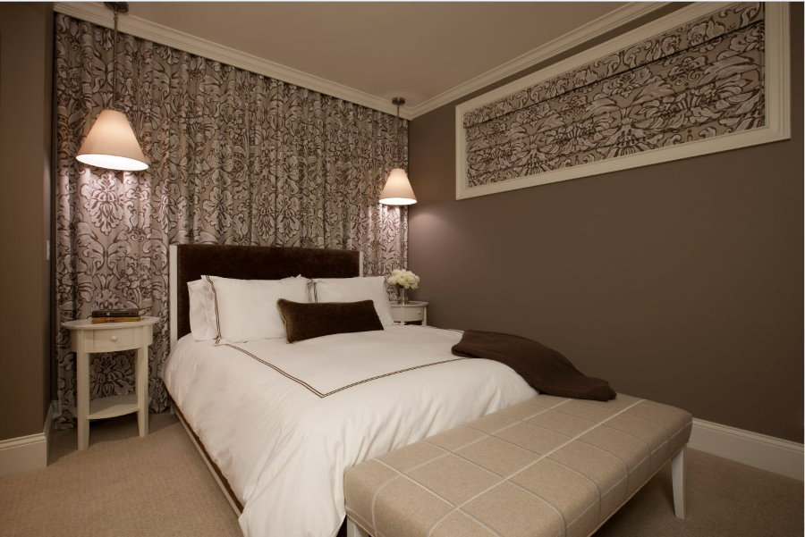 Пестрые шторы на скрытом карнизе в спальне без окна