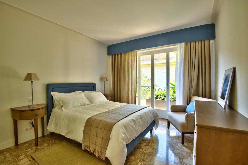 Синий ламбрекен в спальне с керамическим полом