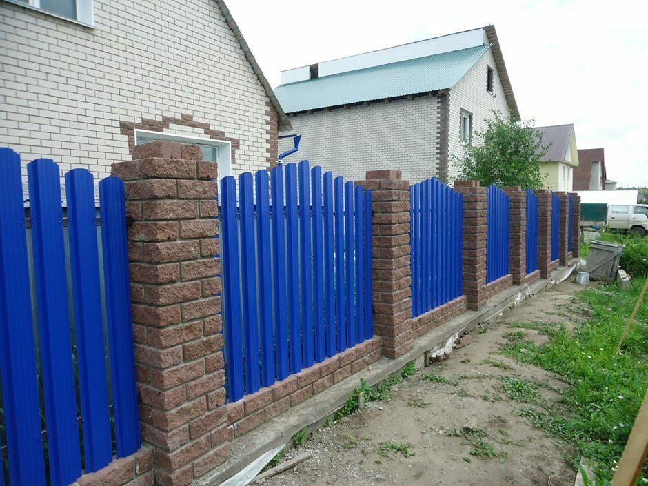 Садовый забор из темно-синего штакетника