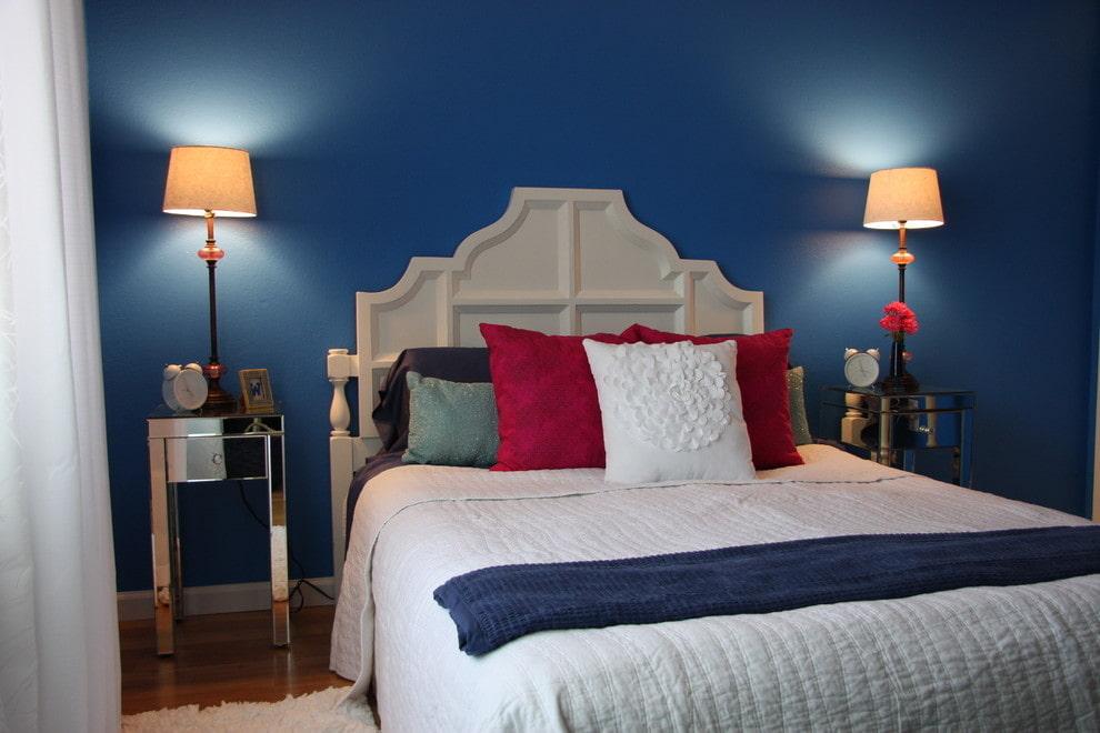 Синяя стена в спальне по китайскому учению