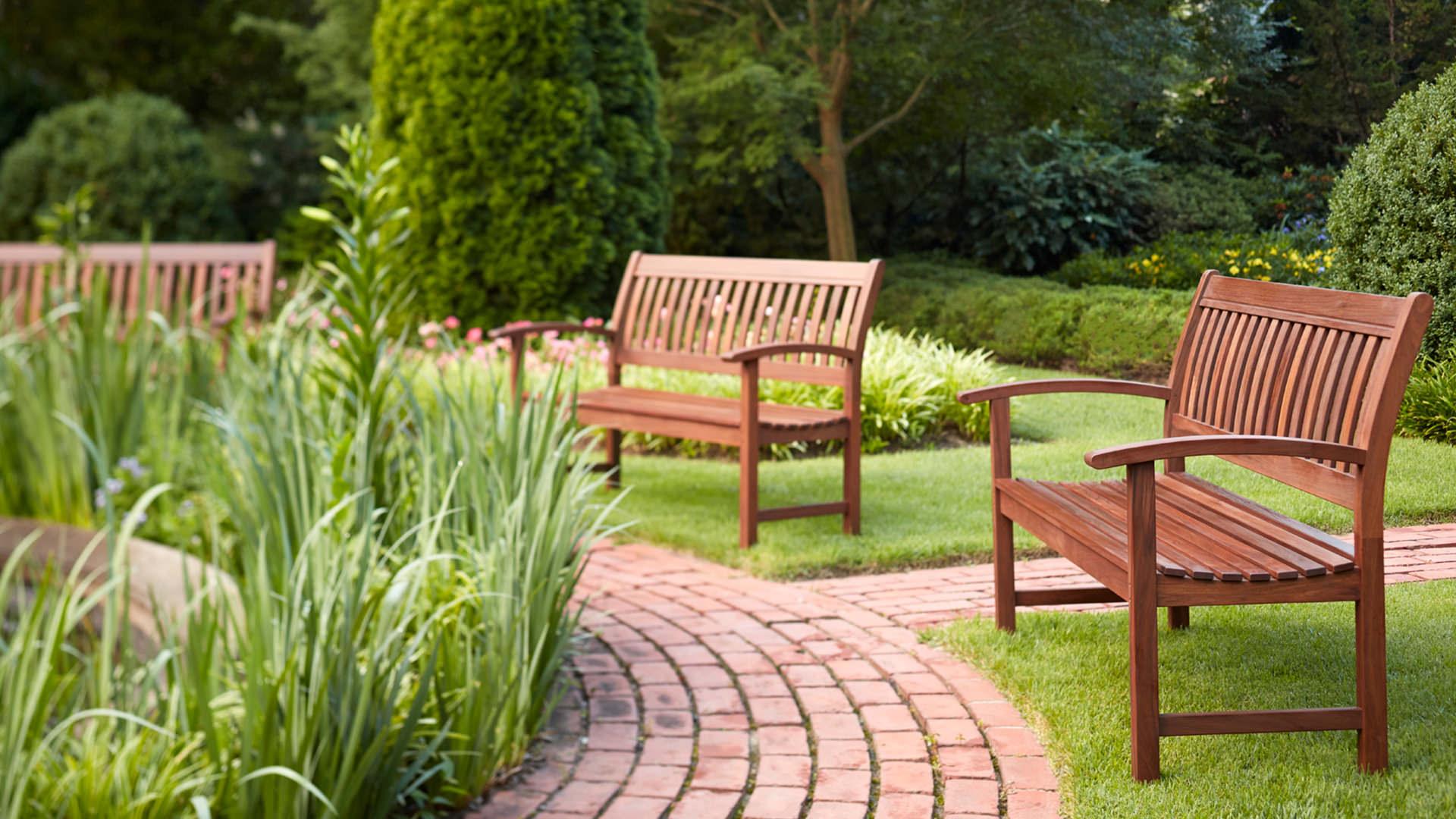 скамейки в ландшафте