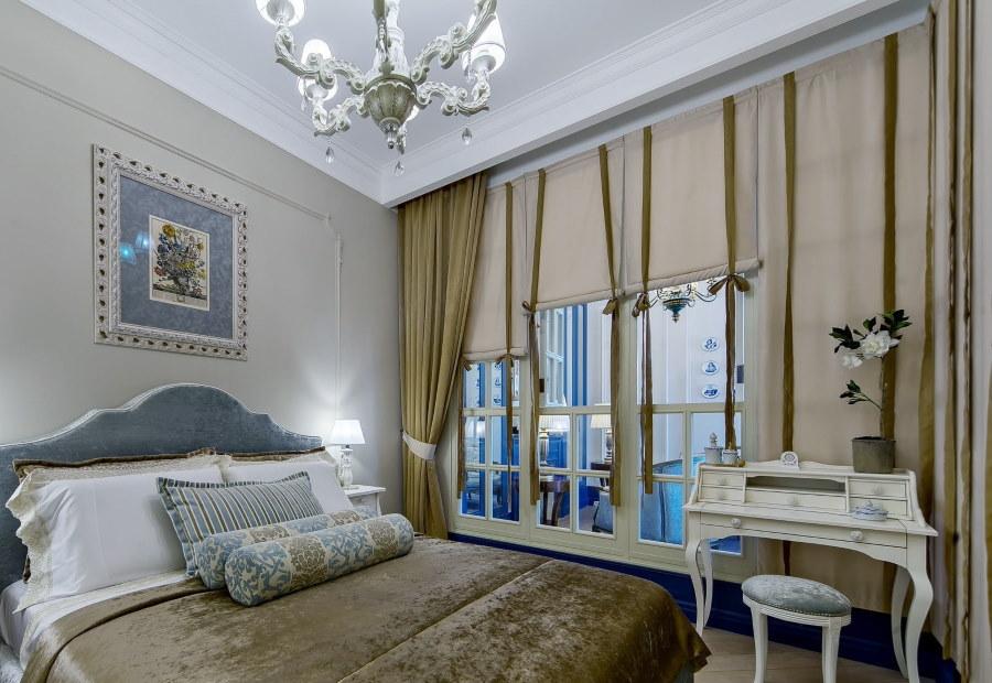 Комбинированные шторы на французском окне в спальне