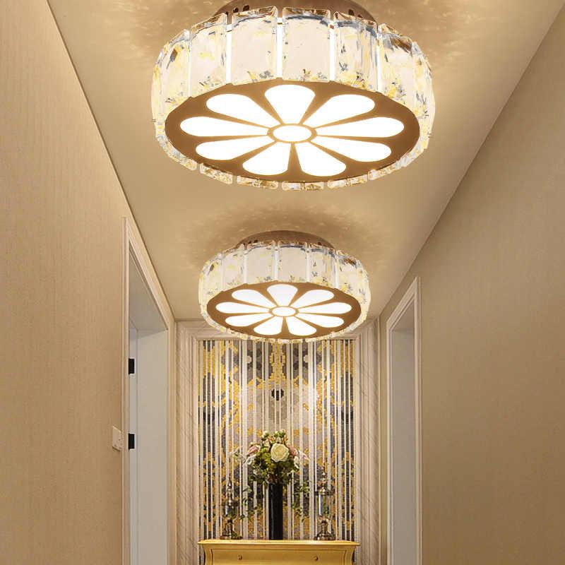 Современные светильники на потолке коридора