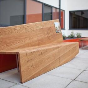 современная садовая скамейка из дерева