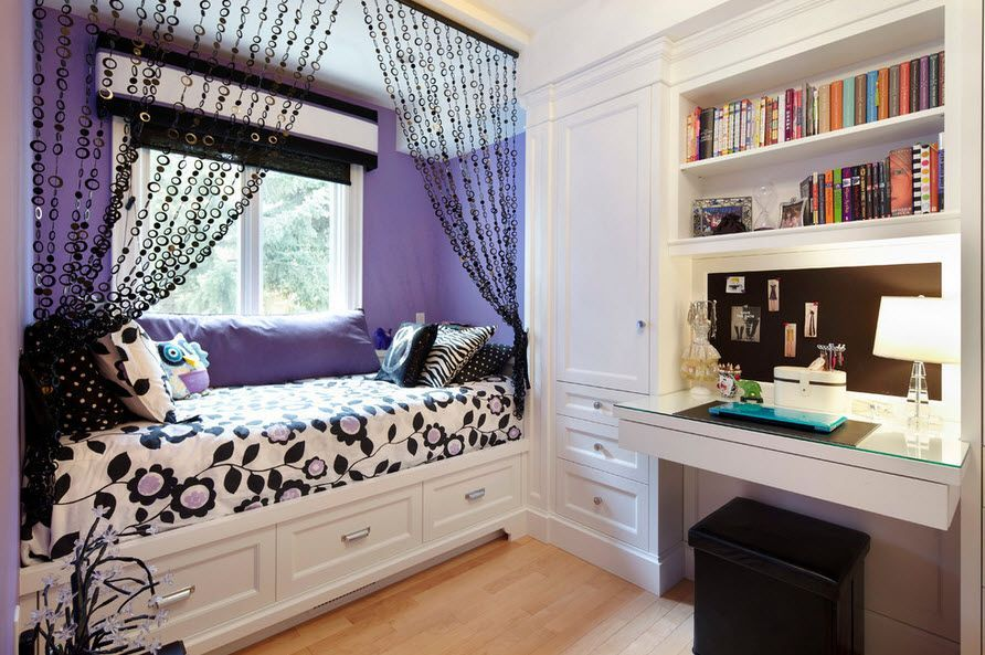 Кровать-диван перед окном в детской спальне