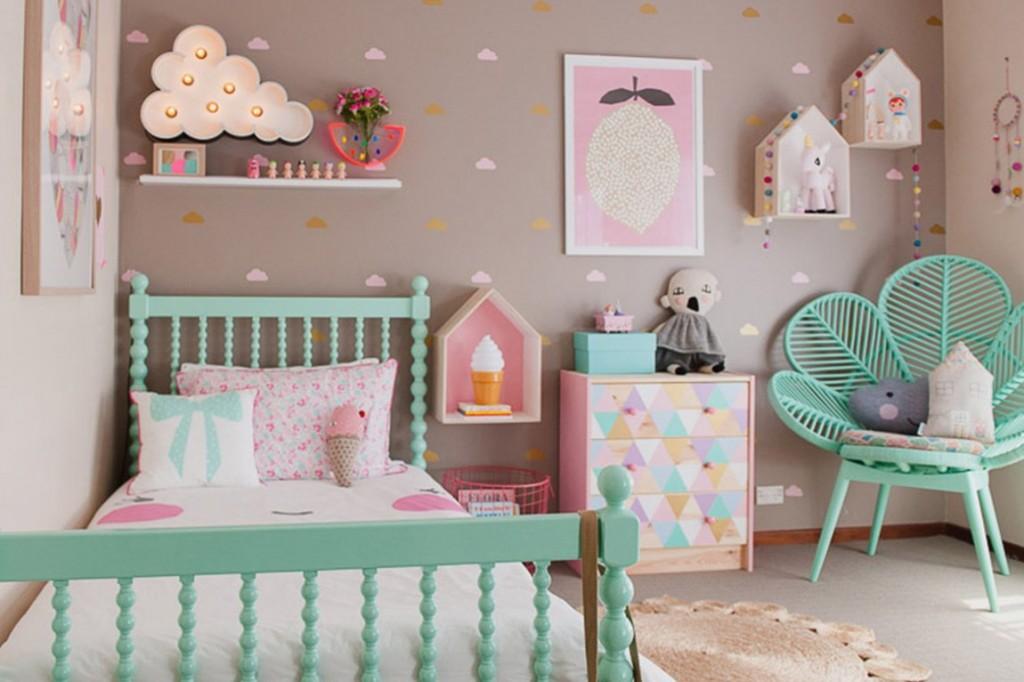 Бирюзовая кровать в комнате для ребенка