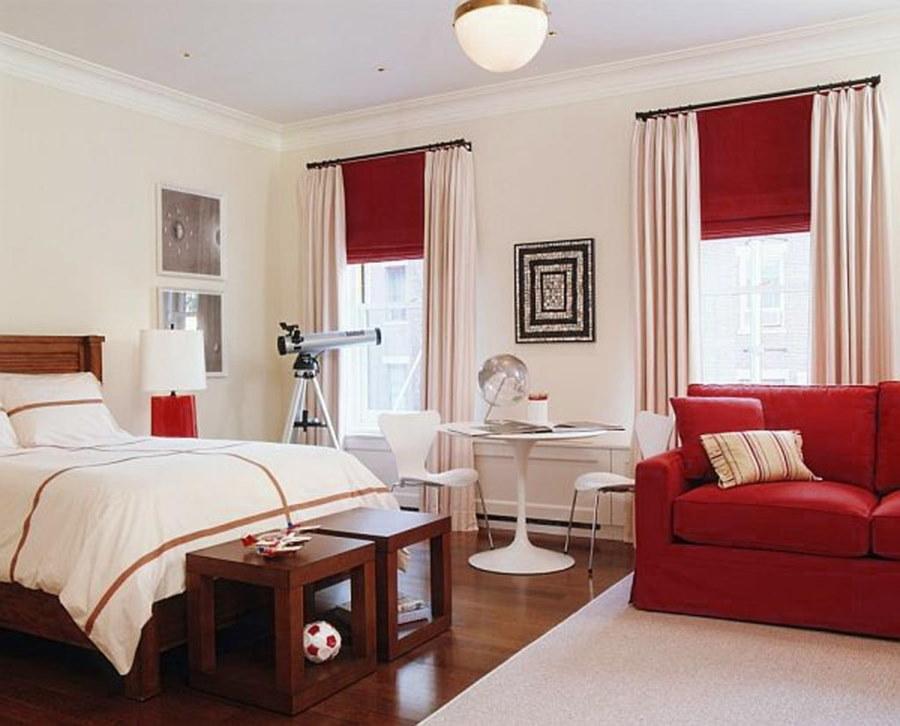 Выбор дивана для спальни с двумя окнами
