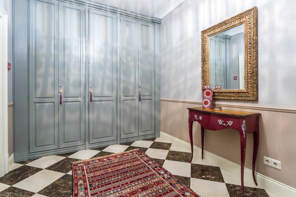 Шкаф с потертыми фасадами в прихожей стиля фьюжн