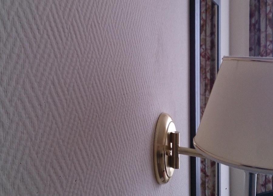 Бра на стене гостиной комнаты со стеклообоями