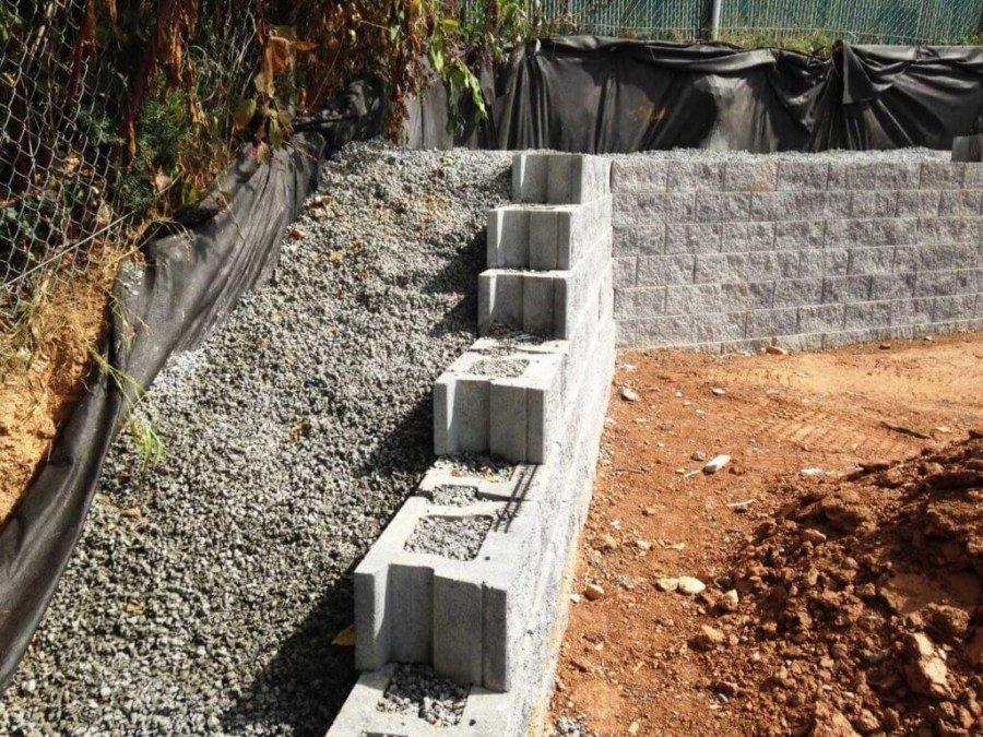 Устройство подпорной стенки из малогабаритных блоков