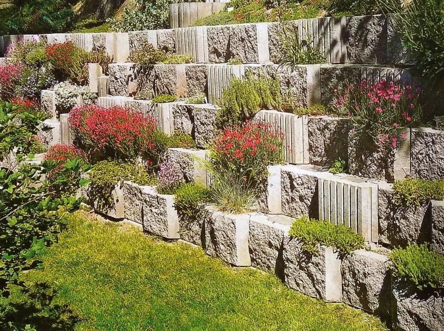 Озеленение подпорной стенки на косогоре участка