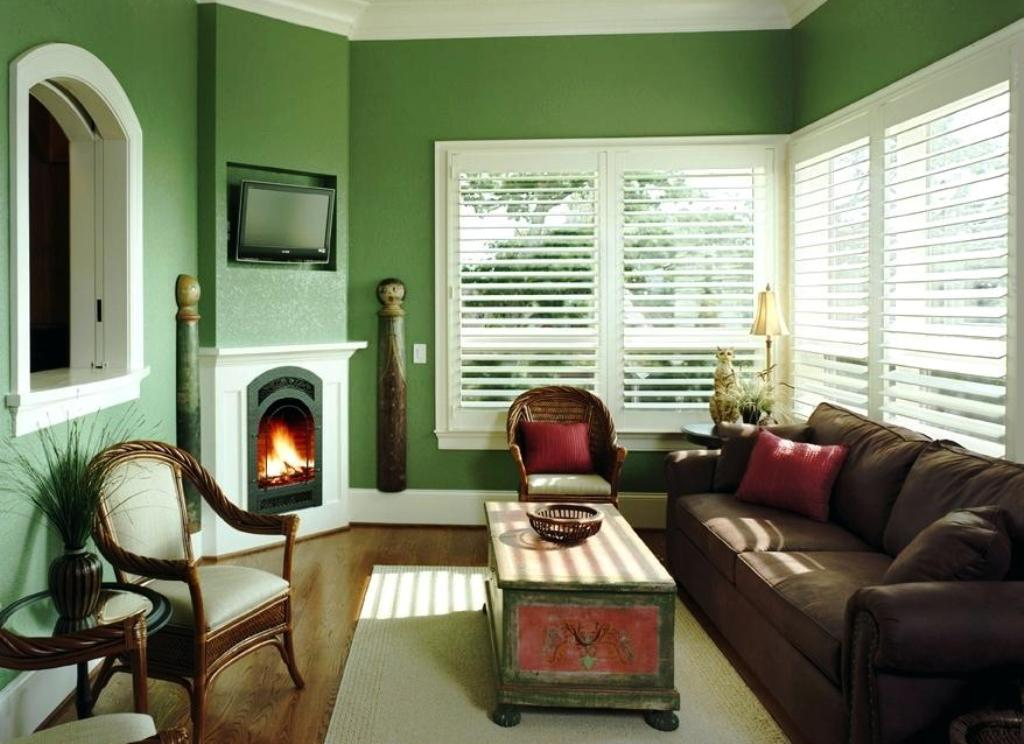 стены гостиной в зеленых тонах
